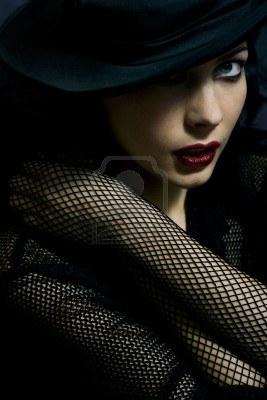 1931590-misteriosa-clave-bajo-el-retrato-de-la-hermosa-mujer-llena-de-glamour-en-el-sombrero-soft-centrado-a