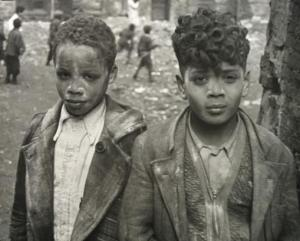 Helen Levitt, Two boys covered in white powder, ca. 1940