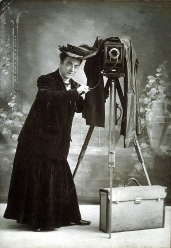 1280px-Jessie_Tarbox_Beals_with_camera_Schlesinger_Library